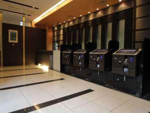 アパヴィラホテル<仙台駅五橋>(アパホテルズ&リゾーツ):1階ロビーフロントスタッフが笑顔でお出迎えいたします♪