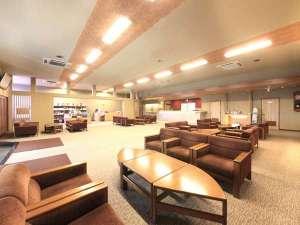 栃木 那須 馬頭温泉郷 南平台温泉ホテル:落ち着いた色合いで開放的にリニューアルされたロビー