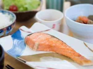 八ヶ岳いずみ荘:*ご朝食一例<焼き魚>ほかほかご飯に焼き魚とお味噌汁・・しっかり栄養付けていってらっしゃいませ!