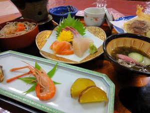富田山荘:*<夕食一例>地元の食材や山陰の海の幸が味わえる和食会席。