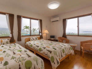 もとぶいこいの宿 やまちゃん:2階のツインルーム。1棟は4LDKの造りで8名様宿泊可能。右奥に見えるのは瀬底島。