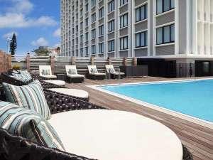 ハイアット リージェンシー 那覇 沖縄:【プール】デッキチェアで憩うこともできます。開放的なリフレッシュタイムをお過ごしください