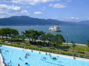 びわ湖大津プリンスホテル:びわ湖の形を模したプールは全長約90m、最大幅約23mのスケールで開放感バツグン!