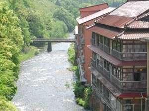 豊かな自然を望む一軒宿。清流「豊沢川」のせせらぎと新緑の景色は心を癒してくれます。