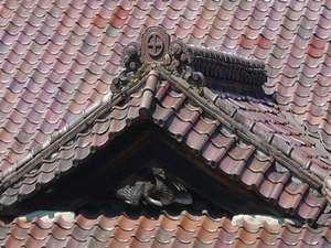 玄関最上層は千鳥破風の屋根になっており、鬼瓦には家紋の丸に十の字がはっきり見えます。