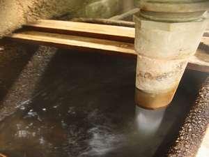 当館所有5つの源泉のうちの一つ「下の湯」源泉です。この源泉は毎分約250リットルです。