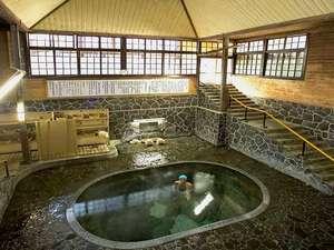 【鉛温泉・藤三旅館】岩手花巻温泉郷:地下一階・地上二階吹き抜けの日本一深い自噴岩風呂「白猿の湯」、源泉100%掛け流し。3回/日、女湯。