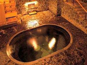伝説の名湯、日本一深い自噴岩風呂「白猿の湯」湯底から源泉が自噴。深さ1.25m全浴場「源泉100%」掛け流し