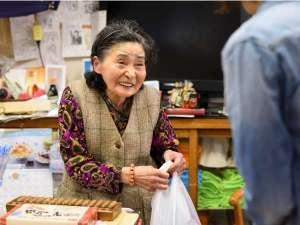 【湯治部・売店】名物おばあちゃん店主が温かくお出迎え致します♪