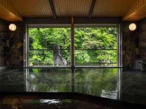 【白糸の湯】眼前に白糸の滝を望む白糸の湯。窓を解放するとまるで絵画の様な絶景を楽しめる