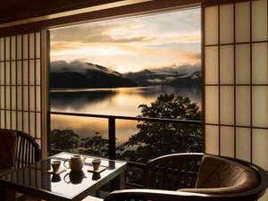 【中禅寺湖側客室】中禅寺湖の夕景。季節によりその美しさも様々です。
