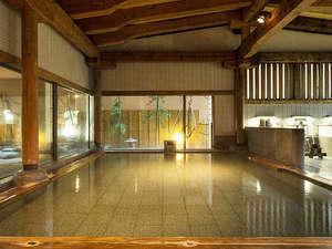 【男湯・内風呂】重厚な木組みの檜造りの内湯は広々とした開放感ある造り。サウナも楽しめます。