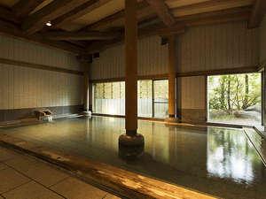 【女湯・内風呂】重厚な木組みの落ち着いた感じの檜風呂。サウナも楽しめます。