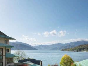 中禅寺湖畔の少し高台に位置する当館からの景色は絶景です。