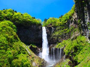 【華厳の滝】当館から徒歩10分。早朝に日光下駄での散策におすすめ。
