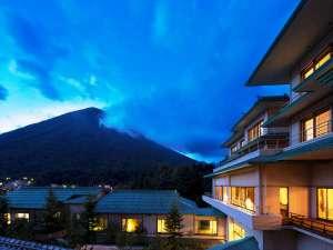 中禅寺湖と男体山を望む贅を尽くした温泉旅館