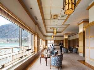 【組子ライブラリー】中禅寺湖と男体山を望むロビーには栃木の伝統工芸を配しております。