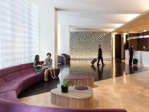 コートヤード・バイ・マリオット新大阪ステーション:[ホテルロビー(3階)]陽射しの降り注ぐ開放的なロビー
