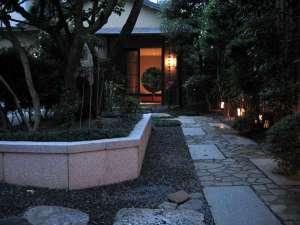 宿屋 西陣荘:玄関へのアプローチ