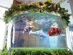 変なホテル舞浜 東京ベイ:【ロビー】水槽には魚ロボットが泳いでいます!!!
