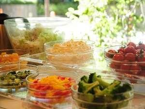 かどやホテル:全ての朝食に、サラダ、ヨーグルト、フルーツカクテル、ソフトドリンクをハーフバイキングでご用意します