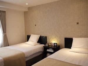 かどやホテル:【蔵シリーズ・ツイン】部屋の壁・天井に本漆喰を使用。調湿効果で冬はしっとり、夏は湿度を吸い込み快適。