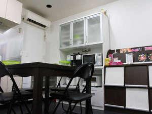 Hostel Base Point Osaka:共有スペース。冷蔵庫、キッチン、テレビなどご自由にお使いください。