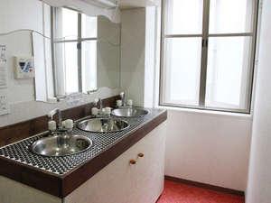 Hostel Base Point Osaka:完全手作りの洗面台。かわいいでしょ?
