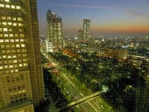 新宿中央公園側の客室から望む夜景。夕日が沈む時間帯もおすすめの絶景。