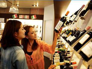 ワイン専門店「ワインの城」でワインをチョイスして、お部屋で乾杯!ワイングラスも客室にあります。