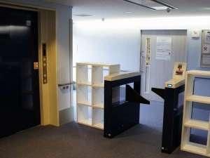 [2階風呂場前]入浴の際はフロントにてお渡しするタグを使用してゲートをお通り下さい