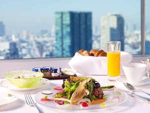 野菜を中心としたサラダプレートをメインにお楽しみください。「カリフォルニアブレックファスト」