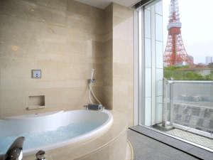 一面の窓から景色をご覧いただけるバスルーム(ガーデンスイートA)