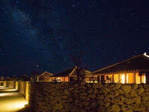星のや竹富島:高い建物も山もない小さな島からは、プラネタリウムのような星空が見渡せます。