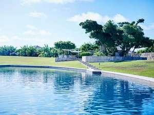 星のや竹富島:【プール】 全長46m楕円型の温水プール
