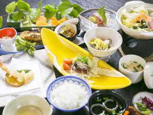 ホテル海上館:【夕食(一例)】足摺沖で獲れた新鮮な魚介類をはじめ、土佐の旬味を存分にご堪能下さい。