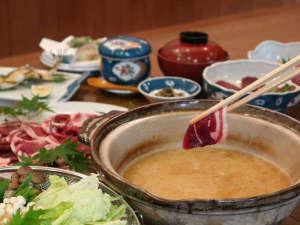 龍神温泉 美人亭:*【ぼたん鍋】猪の骨を3日間煮込んだ自家製スープを地元の味噌で味付けした美人亭こだわりのぼたん鍋★