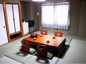 ビジネスホテル三徳:和室10畳のお部屋(お布団は人数分敷いてあります)