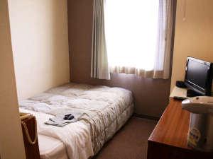 ビジネスホテル三徳:シングルルーム(セミダブルベッド)