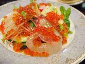 礼文島プチホテル コリンシアン:創業時から大人気のシーフードサラダ。ボリュームたっぷりのボタンエビをお楽しみください。