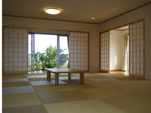 沖縄・宮古島・貸別荘・がんずぅーやー:琉球畳が敷きつめられた21畳の和室。窓を開ければ心地よい風が吹き抜けます。