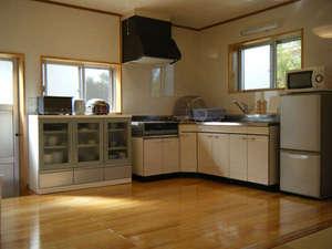 沖縄・宮古島・貸別荘・がんずぅーやー:広々としたキッチン。IHクッキングヒーター、冷蔵庫、食器類も完備しています。