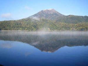 御池野鳥の森公園 御池キャンプ村:雄大な高千穂峰が映る、火口湖としては日本で最も深い湖。