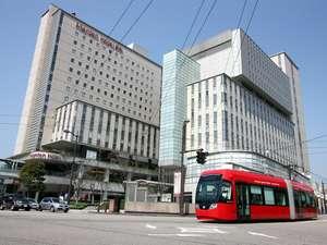 高岡マンテンホテル駅前:マンテンホテルと万葉線電車「アイトラム」