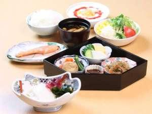 高岡マンテンホテル駅前:焼き魚とお惣菜、イカの刺身をはじめとする豊富なバリエーションが自慢の和朝食