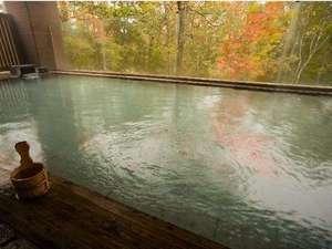 ニセコ昆布温泉 ホテル甘露の森:秋色に染まる紅葉が美しい「森の天空露天風呂」