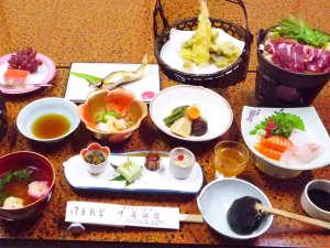 七沢温泉 中屋旅館:*【夕食一例】メインのお肉料理と地産の旬食材を盛り込んだ彩りの和食をご提供。