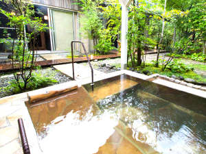 北郷 音色香の季 合歓のはな:各部屋のプライベートガーデンには、北郷温泉の豊かな湯があふれる露天風呂があります。