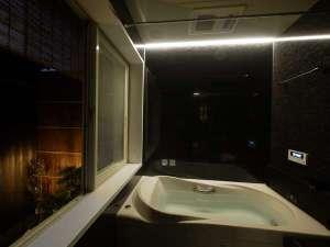 京都駅前町家・嘉右衛門:風呂と坪庭