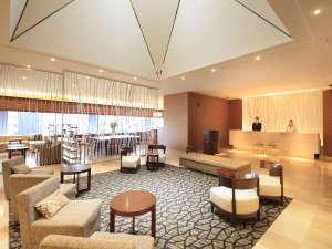 リッチモンドホテルプレミア仙台駅前:ロビー 木の温もりに包まれた開放的なロビーが広がっております